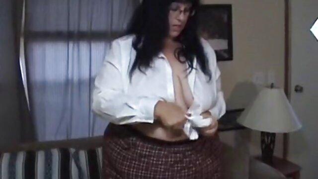 جوجه بیدمشک در جوراب ساق بلند عکس سکس کوس عربی خودارضایی می کند